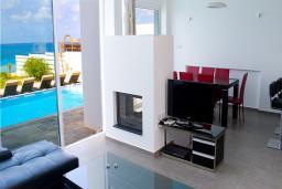 Кипр, Киссонерга : Шикарная вилла с видом на море, с 5-ю спальнями, с бассейном, lounge-зоной и барбекю, расположена в Coral Bay