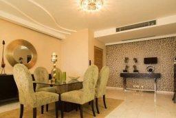 Обеденная зона. Кипр, Айос Тихонас Лимассол : Шикарный апартамент в 20 метрах от пляжа, с балконом и видом на море, с двумя гостиными, тремя отдельными спальнями и двумя ванными комнатами