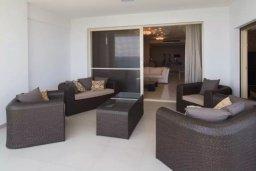 Балкон. Кипр, Айос Тихонас Лимассол : Шикарный апартамент в 20 метрах от пляжа, с балконом и видом на море, с двумя гостиными, тремя отдельными спальнями и двумя ванными комнатами