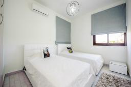 Спальня. Кипр, Коннос Бэй : Роскошная вилла с бассейном и джакузи, с 4-мя спальнями, зелёным садом, lounge-зоной, барбекю и сауной