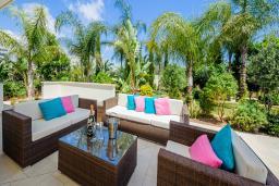 Патио. Кипр, Коннос Бэй : Роскошная вилла с бассейном и джакузи, с 4-мя спальнями, зелёным садом, lounge-зоной, барбекю и сауной