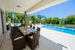 Обеденная зона. Кипр, Коннос Бэй : Роскошная вилла с бассейном и джакузи, с 4-мя спальнями, зелёным садом, lounge-зоной, барбекю и сауной