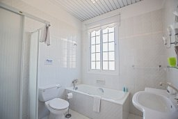 Ванная комната. Кипр, Санрайз Протарас : Роскошная вилла с 5-ю спальнями, с бассейном, беседкой с летней кухней и тренажерным залом