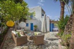 Фасад дома. Кипр, Киссонерга : Двухэтажная вилла с видом на море, гостиная, 3 спальни, зеленый дворик