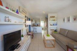 Гостиная. Кипр, Киссонерга : Двухэтажная вилла с видом на море, гостиная, 3 спальни, зеленый дворик