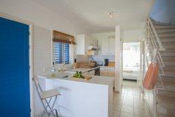 Кухня. Кипр, Киссонерга : Двухэтажная вилла с видом на море, гостиная, 3 спальни, зеленый дворик