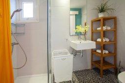 Ванная комната. Кипр, Киссонерга : Двухэтажная вилла с видом на море, гостиная, 3 спальни, зеленый дворик
