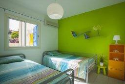 Спальня 2. Кипр, Киссонерга : Двухэтажная вилла с видом на море, гостиная, 3 спальни, зеленый дворик