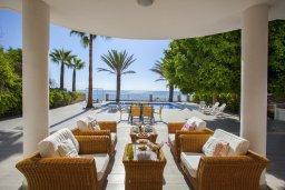 Территория. Кипр, Менеу : Шикарная вилла возле пляжа с бассейном и уютным полностью меблированным садом, расположена в закрытом комплексе у пляжа Kiti Beach