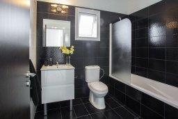 Ванная комната. Кипр, Санрайз Протарас : Новое просторное бунгало с 3-мя спальнями, с бассейном, патио с барбекю, расположено в самом сердце Протараса