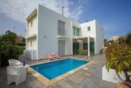 Фасад дома. Кипр, Коннос Бэй : Уникальная вилла с 4-мя спальнями, окруженная красивым средиземноморским садом, с открытым бассейном
