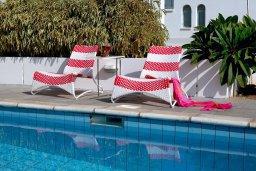 Бассейн. Кипр, Коннос Бэй : Уникальная вилла с 4-мя спальнями, окруженная красивым средиземноморским садом, с открытым бассейном