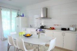 Кухня. Кипр, Коннос Бэй : Уникальная вилла с 4-мя спальнями, окруженная красивым средиземноморским садом, с открытым бассейном