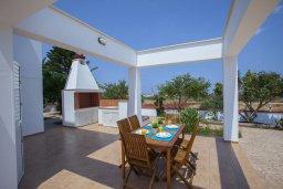 Зона отдыха у бассейна. Кипр, Пернера : Потрясающая вилла с 6-ю спальнями,  с большим бассейном, в окружении красивого сада с цитрусовыми деревьями