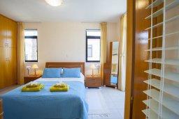 Спальня. Кипр, Декелия - Ороклини : Новая современная вилла с 2-мя спальнями, с красивым садом, расположена в закрытом, тихом и безопасном месте на восточном побережье залива Ларнаки