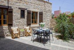 Терраса. Кипр, Месоги : Традиционная каменная вилла у  живописного поселка Mesogi с 2-мя спальням и двориком, местом для барбекю и парковкой