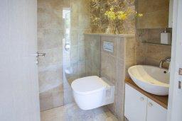 Ванная комната. Кипр, Месоги : Традиционная каменная вилла у  живописного поселка Mesogi с 2-мя спальням и двориком, местом для барбекю и парковкой