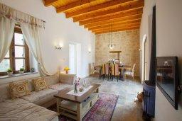 Гостиная. Кипр, Месоги : Традиционная каменная вилла у  живописного поселка Mesogi с 2-мя спальням и двориком, местом для барбекю и парковкой