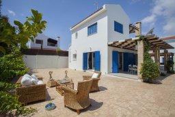 Фасад дома. Кипр, Каппарис : Вилла на берегу моря с большим садом и уютным патио с барбекю, расположена около пляжа Malama Beach