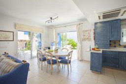 Гостиная. Кипр, Каппарис : Вилла на берегу моря с большим садом и уютным патио с барбекю, расположена около пляжа Malama Beach