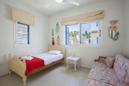 Спальня. Кипр, Каппарис : Вилла на берегу моря с большим садом и уютным патио с барбекю, расположена около пляжа Malama Beach