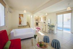 Гостиная. Кипр, Пернера : Новая просторная вилла с 3-мя спальнями, с бассейном и местом для барбекю