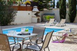 Зона отдыха у бассейна. Кипр, Каппарис : Вилла у моря 3 спальни, с большим бассейном и приватной территорией, барбекю и садовой мебелью