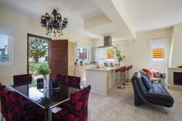 Гостиная. Кипр, Каппарис : Вилла у моря 3 спальни, с большим бассейном и приватной территорией, барбекю и садовой мебелью