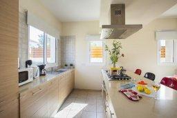 Кухня. Кипр, Каппарис : Вилла у моря 3 спальни, с большим бассейном и приватной территорией, барбекю и садовой мебелью