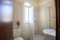 Ванная комната. Кипр, Каппарис : Вилла у моря 3 спальни, с большим бассейном и приватной территорией, барбекю и садовой мебелью