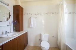 Ванная комната 2. Кипр, Каппарис : Вилла у моря 3 спальни, с большим бассейном и приватной территорией, барбекю и садовой мебелью