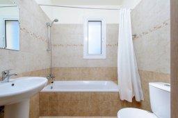 Ванная комната. Кипр, Пернера : Просторная современная вилла с 3-мя спальнями, с бассейном с подогревом, солнечной террасой и барбекю