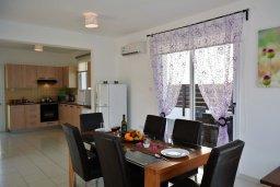 Обеденная зона. Кипр, Пернера : Просторная современная вилла с 3-мя спальнями, с бассейном с подогревом, солнечной террасой и барбекю