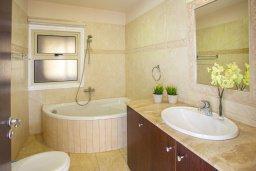 Ванная комната 2. Кипр, Ларнака город : Апартамент возле пляжа с шикарным видом на море, с большой гостиной и 3-мя спальнями