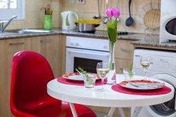 Кухня. Кипр, Центр Айя Напы : Комфортабельный апартамент в центре Айя Напы с отдельной спальней, террасой с барбекю и красивым садом