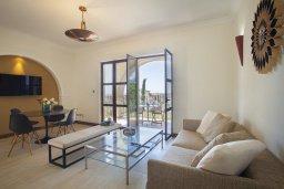 Гостиная. Кипр, Куклия : Апартамент с отдельной спальней и панорамным видом на горы  и долину, в комплексе с большим бассейном и теннисным кортом