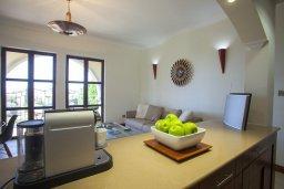 Кухня. Кипр, Куклия : Апартамент с отдельной спальней и панорамным видом на горы  и долину, в комплексе с большим бассейном и теннисным кортом