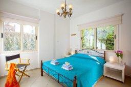 Спальня. Кипр, Каво Марис Протарас : Потрясающая вилла с 4-мя спальнями, бассейном, зелёным двориком, джакузи и традиционной глиняной печью, расположена в тихом районе Протараса