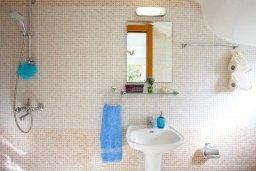 Ванная комната. Кипр, Каво Марис Протарас : Потрясающая вилла с 4-мя спальнями, бассейном, зелёным двориком, джакузи и традиционной глиняной печью, расположена в тихом районе Протараса