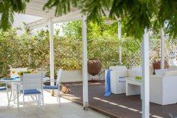 Терраса. Кипр, Пернера : Уютная красивая вилла с 2-мя спальнями, с просторным зелёным двориком,  с крытой меблированной террасой и барбекю