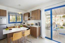 Кухня. Кипр, Пернера : Уютная красивая вилла с 2-мя спальнями, с просторным зелёным двориком,  с крытой меблированной террасой и барбекю