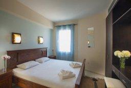 Спальня. Кипр, Фиг Три Бэй Протарас : Потрясающая вилла на побережье в средиземноморском стиле с 6-ю спальнями, с бассейном, джакузи и с сауной, с потрясающим панорамным видом на море, расположена у залива Fig Tree Bay