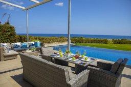 Патио. Кипр, Фиг Три Бэй Протарас : Потрясающая вилла на побережье в средиземноморском стиле с 6-ю спальнями, с бассейном, джакузи и с сауной, с потрясающим панорамным видом на море, расположена у залива Fig Tree Bay