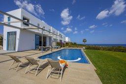 Фасад дома. Кипр, Фиг Три Бэй Протарас : Потрясающая вилла на побережье в средиземноморском стиле с 6-ю спальнями, с бассейном, джакузи и с сауной, с потрясающим панорамным видом на море, расположена у залива Fig Tree Bay