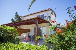 Фасад дома. Кипр, Перволия : Уютная вилла с 2-мя спальнями, с зеленым двориком и патио с барбекю