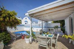 Терраса. Кипр, Пернера : Уютная вилла с 2-мя спальнями рядом с пляжем Sirina Bay,  с бассейном, меблированным патио с барбекю