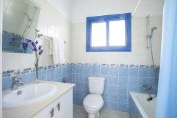 Ванная комната. Кипр, Пернера : Уютная вилла с 2-мя спальнями рядом с пляжем Sirina Bay,  с бассейном, меблированным патио с барбекю