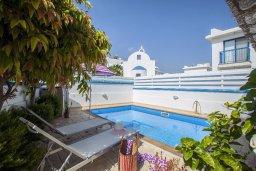 Бассейн. Кипр, Пернера : Уютная вилла с 2-мя спальнями рядом с пляжем Sirina Bay,  с бассейном, меблированным патио с барбекю
