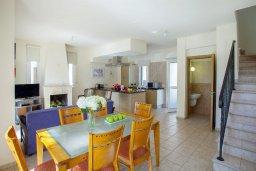 Гостиная. Кипр, Каппарис : Уютная вилла с 2-мя спальнями, с зелёным двориком и барбекю, находится всего в нескольких минутах ходьбы от пляжа Malama