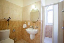 Ванная комната. Кипр, Каппарис : Уютная вилла с 2-мя спальнями, с зелёным двориком и барбекю, находится всего в нескольких минутах ходьбы от пляжа Malama